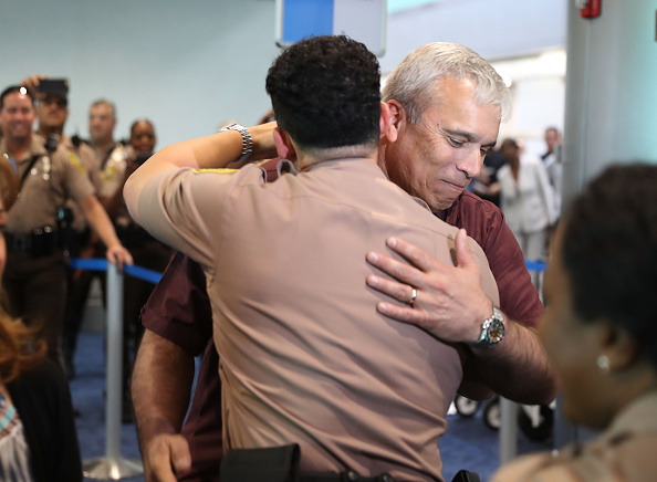 The Knife「Miami-Dade Police Officer Gets Hero's Welcome In City After Receiving Medal Of Valor From President Obama」:写真・画像(18)[壁紙.com]