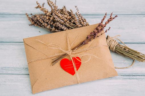 ハート「Envelope with heart sticker and dried flowers」:スマホ壁紙(14)