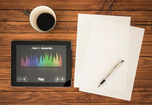 Singing「Desk with mp3 music player on digital tablet」:スマホ壁紙(16)