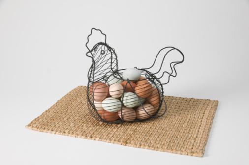 Hen「Eggs in decorative hen-shaped wire basket, sitting on placemat」:スマホ壁紙(14)