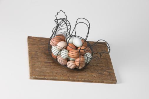 Hen「Eggs in decorative hen-shaped wire basket」:スマホ壁紙(15)