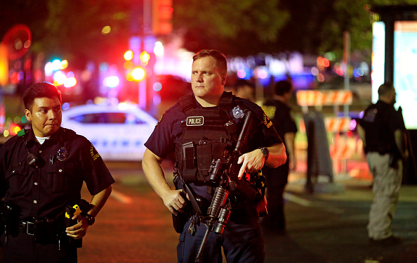 警察「Five Police Officers Killed During Anti-Police Brutality March In Dallas」:写真・画像(12)[壁紙.com]