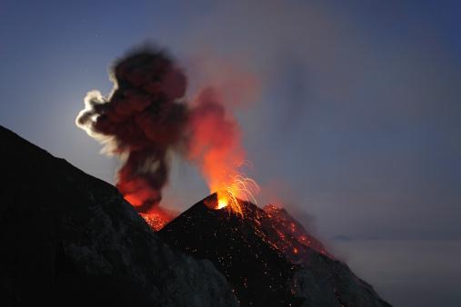 Emitting「May 10, 2009 - Stromboli eruption, Aeolian Islands, north of Sicily, Italy.」:スマホ壁紙(8)
