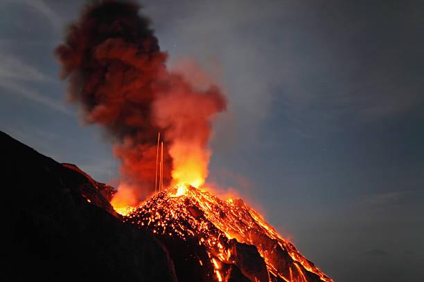 May 10, 2009 - Stromboli eruption, Aeolian Islands, north of Sicily, Italy.:スマホ壁紙(壁紙.com)