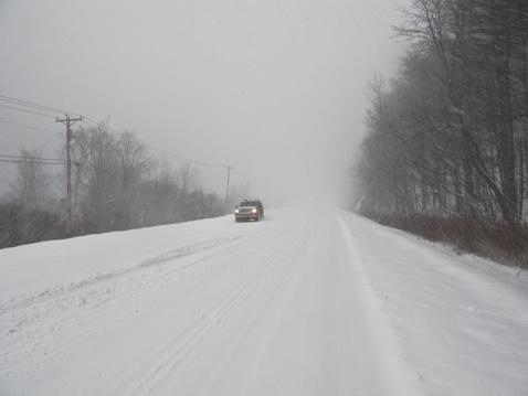 雪「USA, Vermont, Killington, Car on road in blizzard」:スマホ壁紙(9)