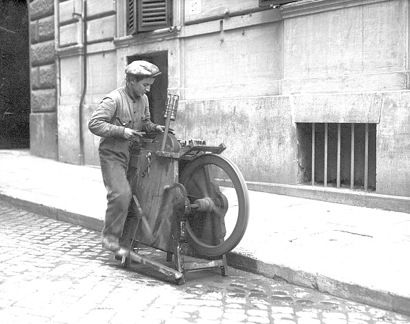 The Knife「Knife grinder in the street of Rome, 1933」:写真・画像(14)[壁紙.com]