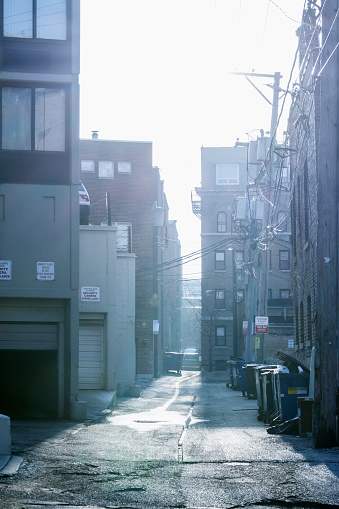Alley「Garbage cans in urban alleyway, Chicago, Illinois, United States」:スマホ壁紙(13)