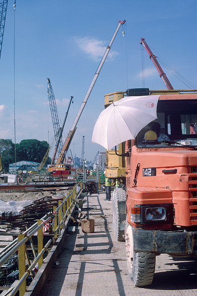 2002「Cranes and Lorry on Singapore Mass Rapid Transit MRT system. Station Construction. 2000.」:写真・画像(1)[壁紙.com]