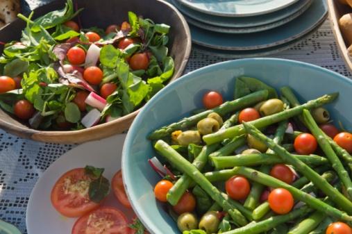 Hove「Asparagus and salad on table」:スマホ壁紙(9)