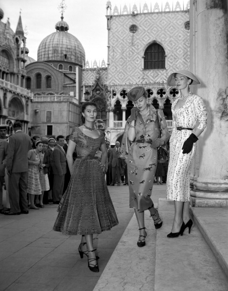 International Landmark「Three Fashion Models」:写真・画像(4)[壁紙.com]