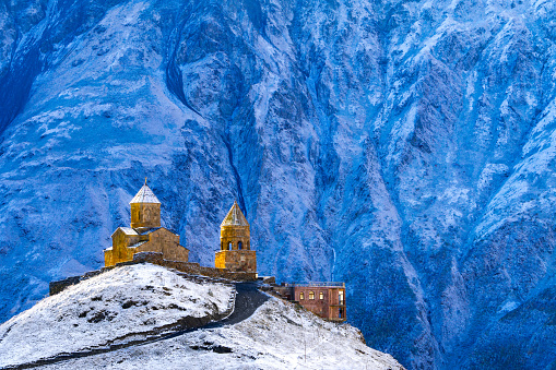 Circa 14th Century「14th Century Tsminda Sameba Church, (Holy Trinity Church), Gergeti, at 2200m above Kazbegi, in dawn light against frozen Mount Kazbek, Georgia」:スマホ壁紙(12)