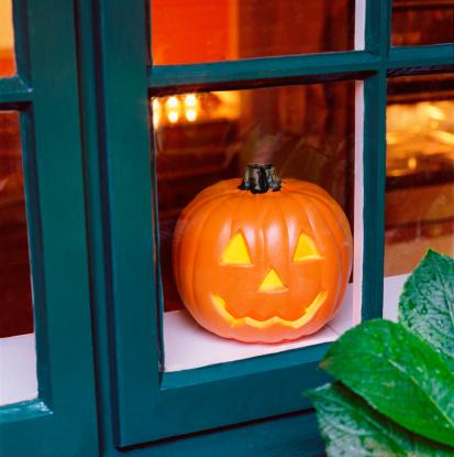 ハロウィン「Halloween pumpkin in kitchen window.」:スマホ壁紙(2)