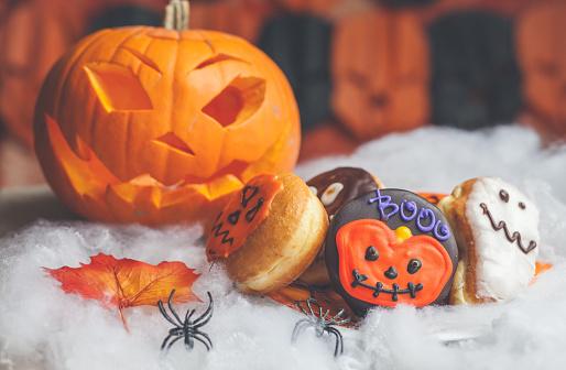 ハロウィン「Halloween pumpkin, plastic spider and festive cakes」:スマホ壁紙(13)