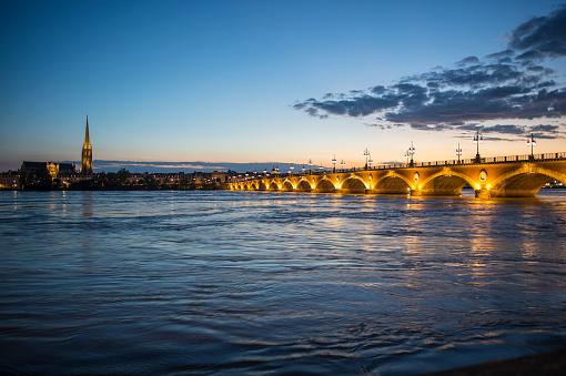 Nouvelle-Aquitaine「France, Bordeaux, historic bridge Pont de Pierre over the Garonne river at sunset」:スマホ壁紙(2)