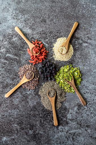 Cocoa「Wooden spoons of chokeberries, chia, aronia, quinoa, moringa and wolfberries」:スマホ壁紙(13)