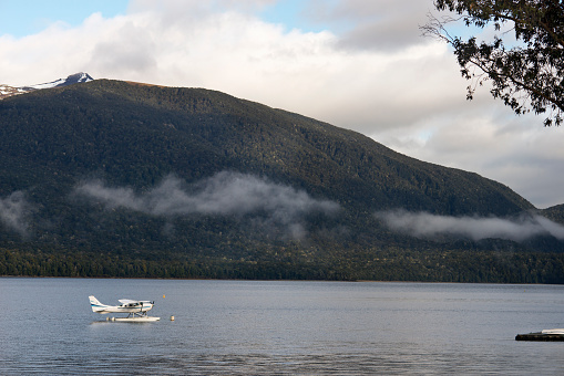 春「A seaplane resting on Lake Te Anau.」:スマホ壁紙(2)
