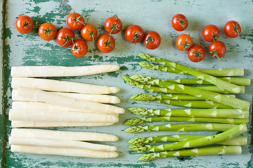White Asparagus「Raw white and green asparagus spears and tomatoes」:スマホ壁紙(19)