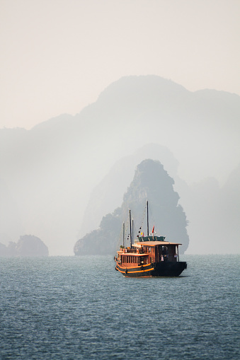 Cruise - Vacation「Halong Bay Tour」:スマホ壁紙(1)