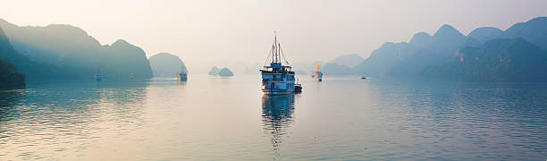 Halong Bay Vietnam panorama with tourist boats early dawn:スマホ壁紙(壁紙.com)