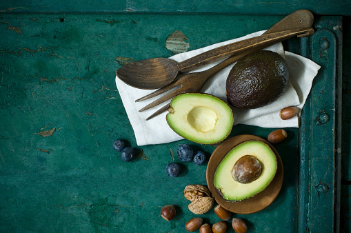 Avocado「Cloth, salad cutlery, avocados, blueberries and nuts on green ground」:スマホ壁紙(10)