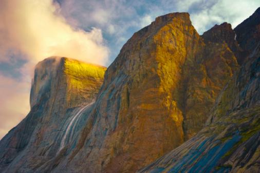 Baffin Island「Waterfall and cliffs, Clyde Inlet, Baffin Island, Nunavut, Canada」:スマホ壁紙(2)