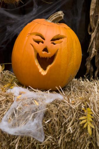 ハロウィン「Jack-o-lantern on bale of hay」:スマホ壁紙(17)