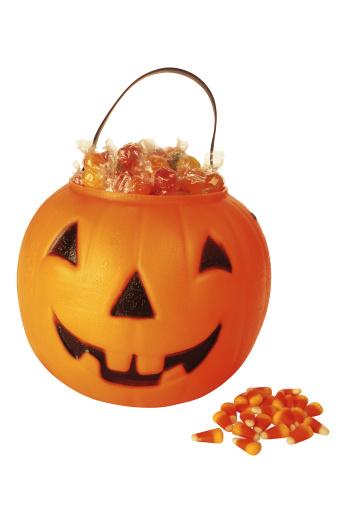 トリックオアトリート「Jack-o'-lantern bucket filled with Halloween candy」:スマホ壁紙(15)
