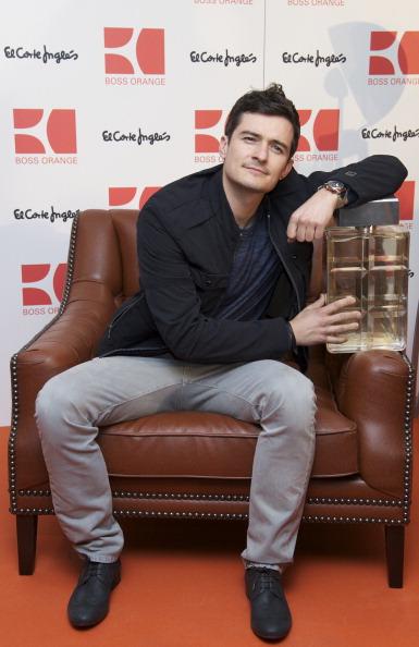 座る「Orlando Bloom Presents New Fragrance 'Orange Boss Man'」:写真・画像(9)[壁紙.com]
