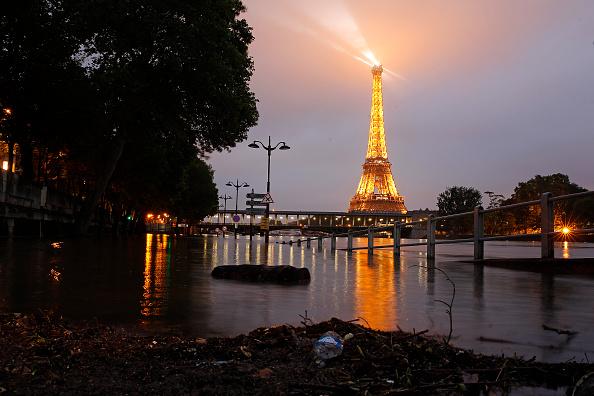 Night「Heavy Rain Flooded Parts Of Paris Near The Louvre & Orsay Museum」:写真・画像(7)[壁紙.com]