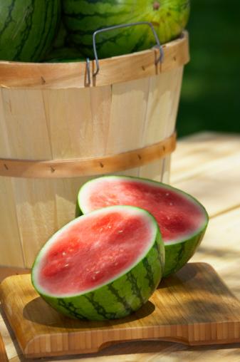 スイカ「Halved watermelon and bushel basket」:スマホ壁紙(1)