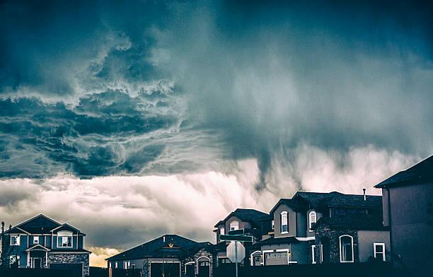 Dramatic storm clouds over residential neighborhood. Colorado, USA:スマホ壁紙(壁紙.com)