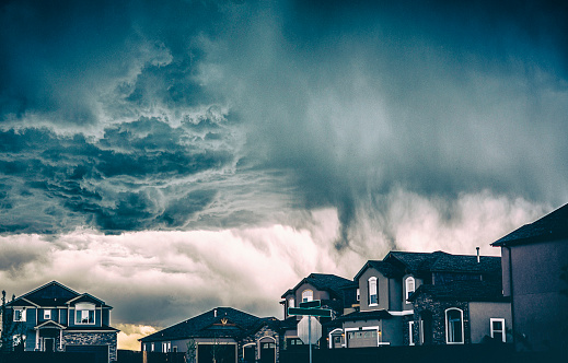 Ominous「Dramatic storm clouds over residential neighborhood. Colorado, USA」:スマホ壁紙(16)