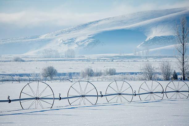 Irrigation system in snowy rural field:スマホ壁紙(壁紙.com)