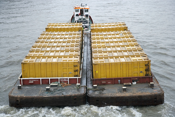 Symmetry「Container barge on River Thames, London, UK」:写真・画像(10)[壁紙.com]