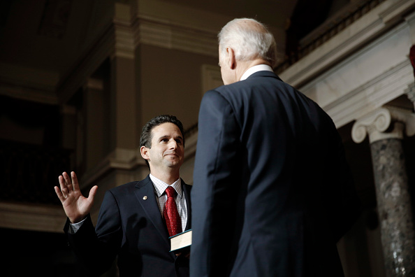 Participant「Biden Swears In Brian Schatz As New Senator From Hawaii」:写真・画像(6)[壁紙.com]