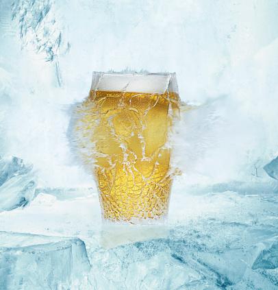 息抜き「Beer pint glass exploding on ice」:スマホ壁紙(14)