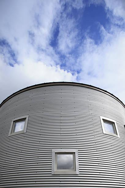 Window pattern on corrigated metal building:スマホ壁紙(壁紙.com)