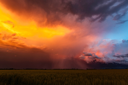 雨「Spectacular sunset colours on storm clouds in Tornado Alley」:スマホ壁紙(9)