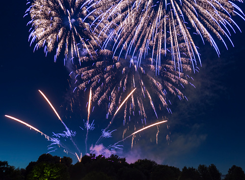 花火「spectacular, majestic fireworks display with colorful starburst explosives exploding in the night sky, rockets shot up bursting, glowing, sparkling and streaking lights during summer festival in Munich」:スマホ壁紙(5)