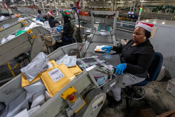 U.S. Postal Service Processes Packages At Los Angeles Distribution Center During Holiday Season:ニュース(壁紙.com)