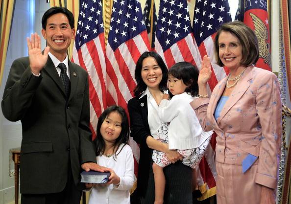 Alex Wong「Speaker Pelosi Holds Ceremonial Swearing Of Charles Djou (R-HI)」:写真・画像(1)[壁紙.com]