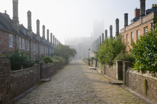 England「Rows of terraced houses at Vicars Close on a misty morning with Wells Cathedral in the far distance in the town of Wells in Somerset.」:スマホ壁紙(9)