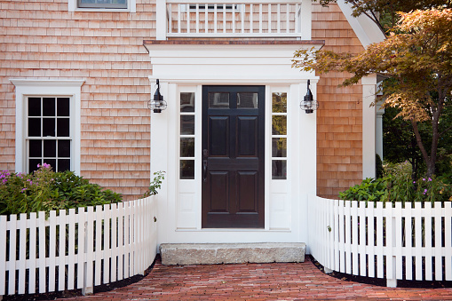Colonial Style「Entryway of brick New England home with picket fence」:スマホ壁紙(0)