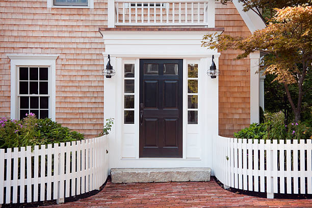 Entryway of brick New England home with picket fence:スマホ壁紙(壁紙.com)