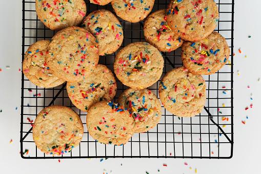 Rack「Homemade cookies with colorful sprinkleon baking rack」:スマホ壁紙(18)