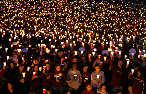 Memorial Event「Virginia Tech Community Mourns Day After Deadliest U.S. Shooting」:写真・画像(10)[壁紙.com]