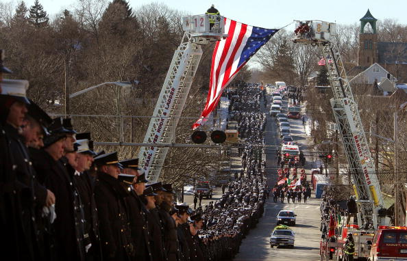 People In A Row「Funeral Held For New York City Firefighter John Bellew」:写真・画像(12)[壁紙.com]