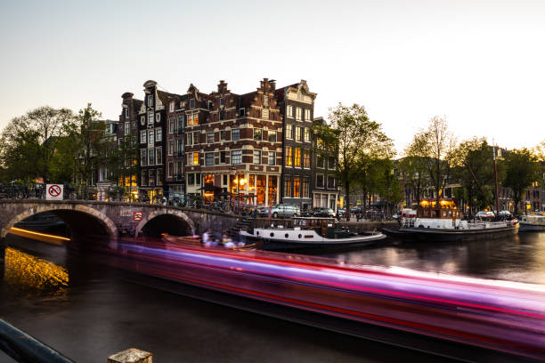 Typical bridge on the canals in the central Amsterdam:スマホ壁紙(壁紙.com)