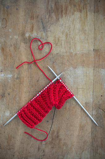 ハート「Knitting and thread shaped like a heart on wood」:スマホ壁紙(18)