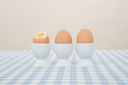 ゆで卵立て「卵の列」:スマホ壁紙(18)